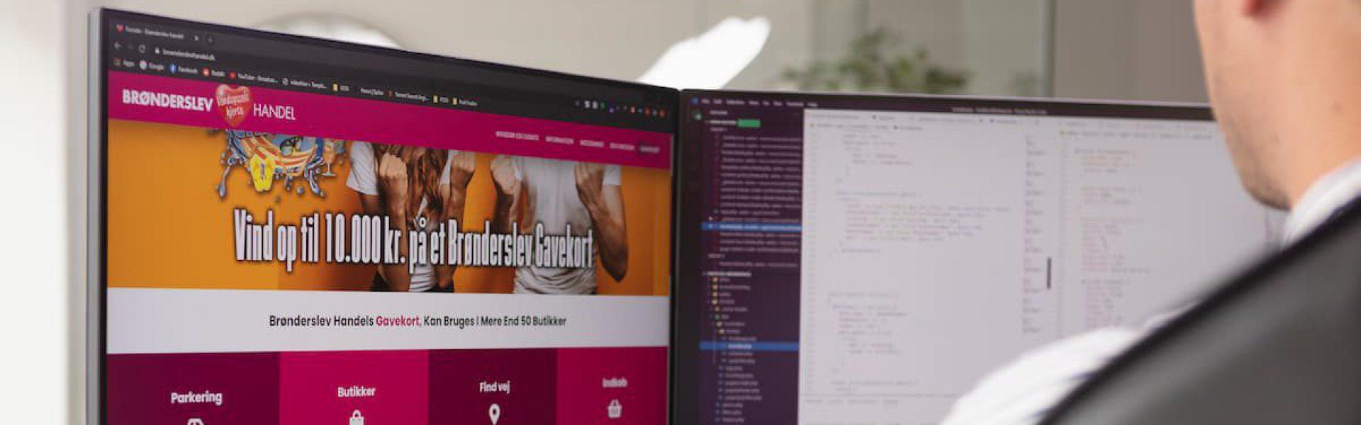 Mand sidder ved computer